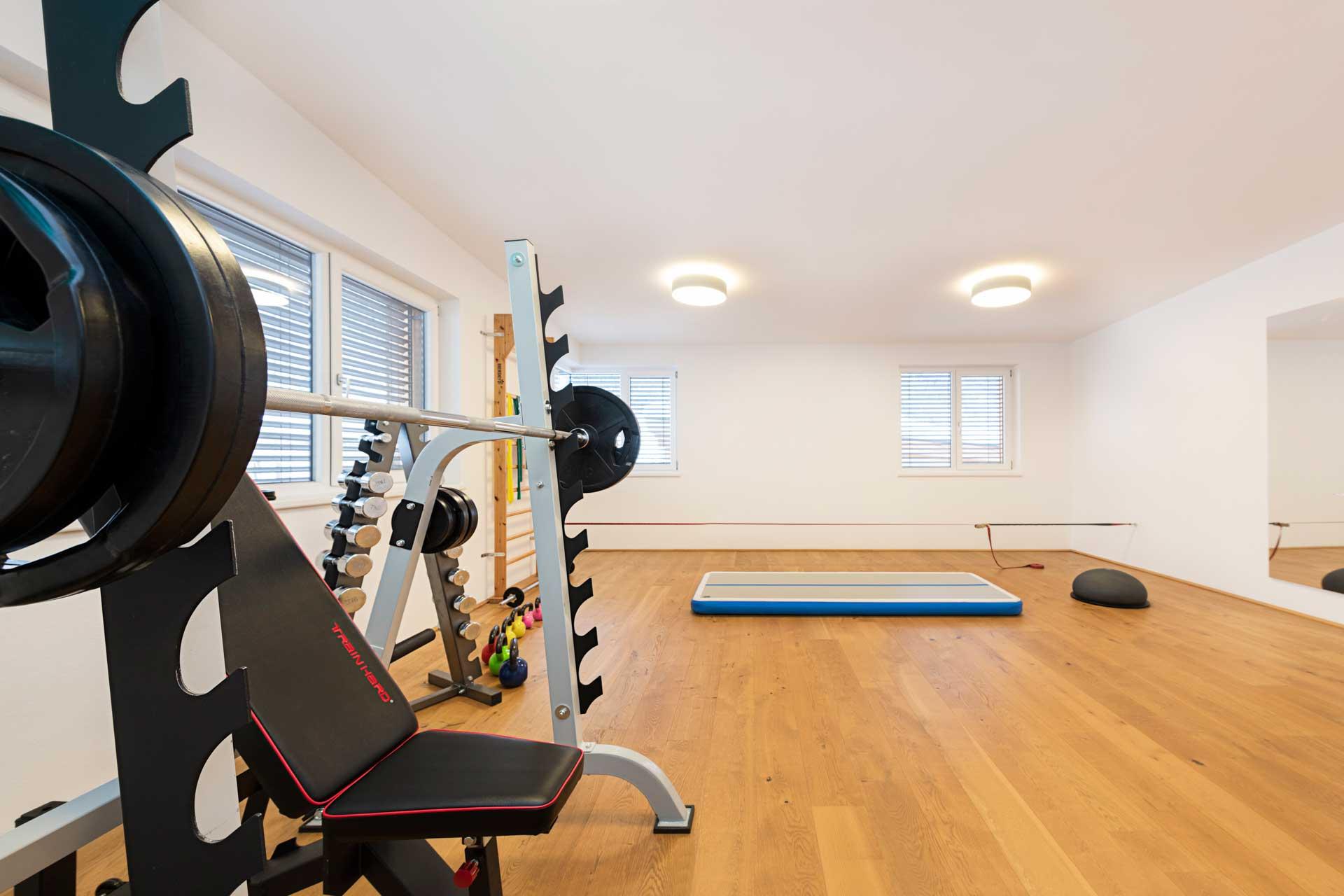 Therapiezentrum Stubai - Trainingsraum mit Geräten